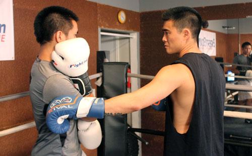 shoulder roll left hands